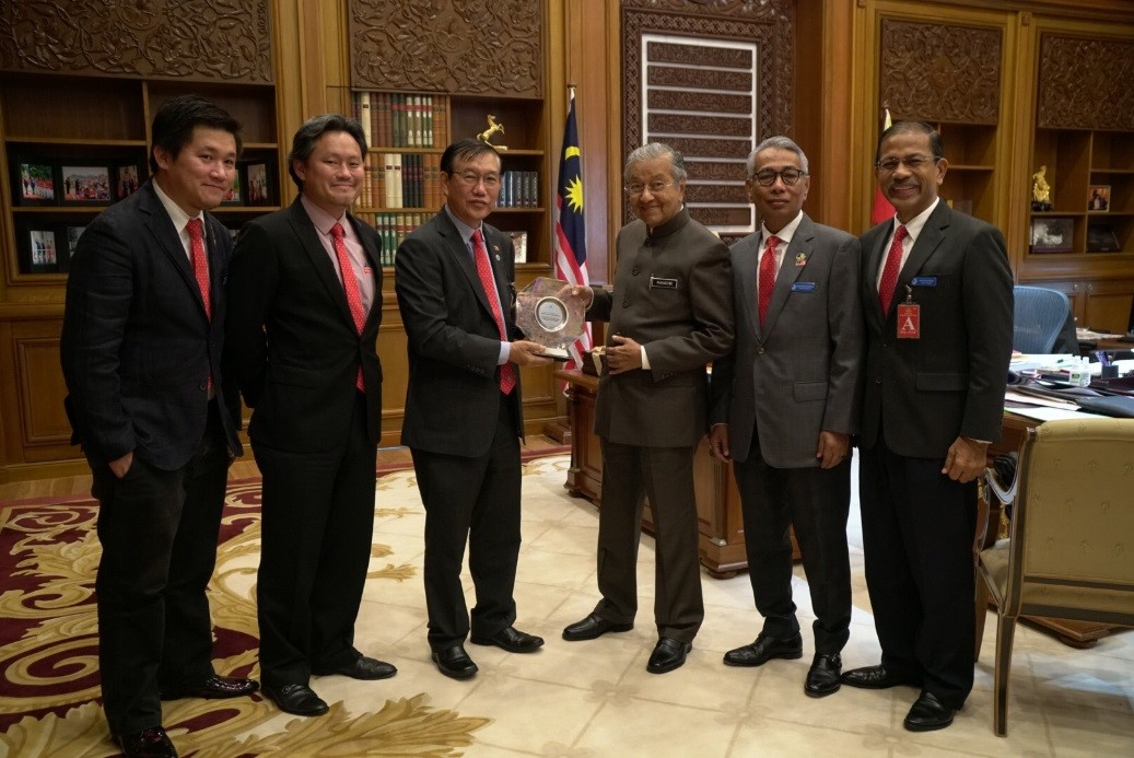 Presenting a souvenir to YAB Tun Dr Mahathir for taking time off his busy schedule to meet with MBAM representatives